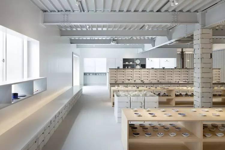 在这个日本瓷器店里,除了瓷器,还是瓷器