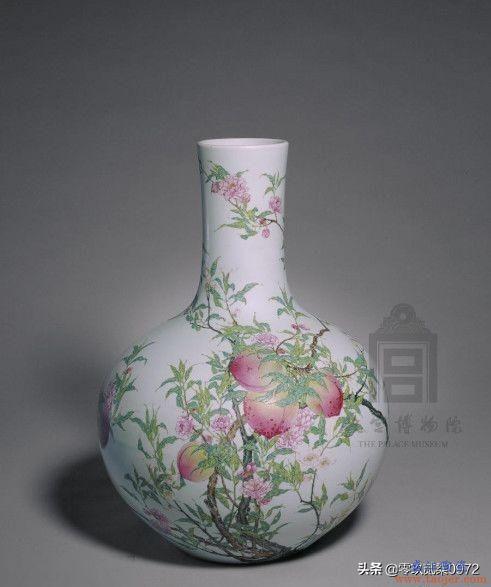 粉彩蟠桃纹天球瓶